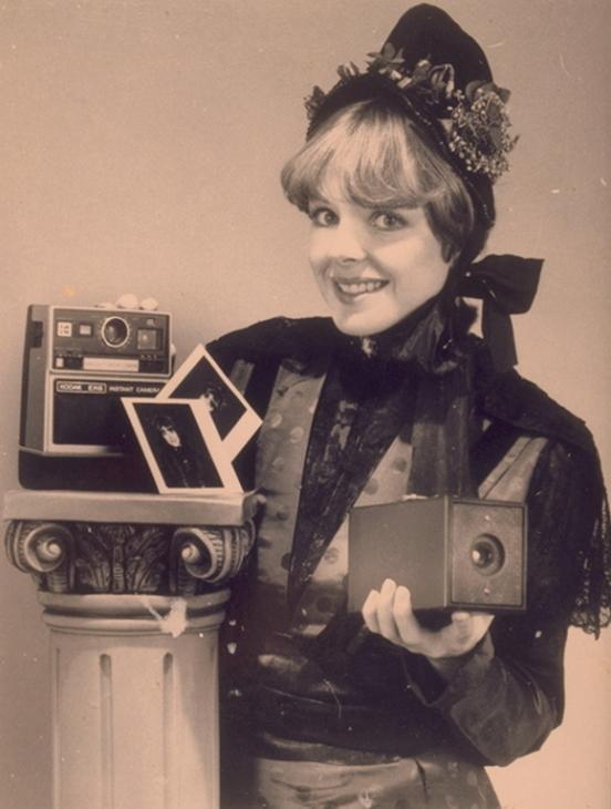 Una modelo simulando una foto de estudio del siglo XIX. Se trata de una foto de prensa dfundida por Kodak para promocionar su cámara de fotografía instántanea EK6 en 1977 que le valió un largo litigio que ganó Polaroid