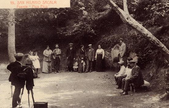 La tarjeta postal está en la intersección entre las prácticas sociales públicas y los usos privados de las imágenes fotográficas multiplicadas por la imprenta gracias al fotograbado.  Postal edita en Girona hacia 1915.