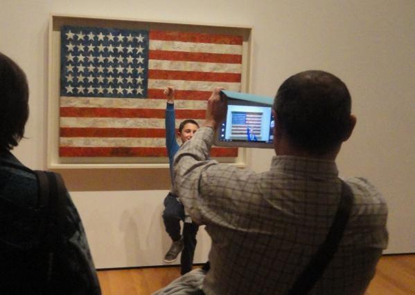 """Las nuevas prácticas digitales y los imaginarios que conforman nuestras experiencias culturales pueden a pesar de su novedad,  analizarse desde sus implicaciones históricas. (Foto tomada por el autor en el MOMA ante el cuadro """"Flag"""" de Jasper Johns. Abril 2014)"""