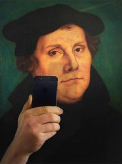 photos-of-museum-portraits-taking-selfies-93